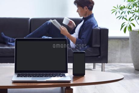 読書する男性とインターネットイメージの写真素材 [FYI01800998]