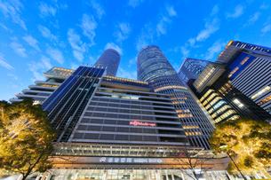 名古屋駅周辺の高層ビルとイルミネーション  夕景の写真素材 [FYI01801015]