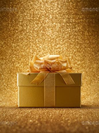 ゴールドのギフトボックスの写真素材 [FYI01801066]