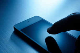 スマートフォンを操作する手の写真素材 [FYI01801077]