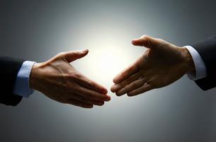 握手をしようとする手の写真素材 [FYI01801083]