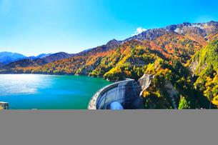 秋の立山 黒部ダム観光放水と紅葉の山並みの写真素材 [FYI01801084]
