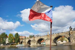 チェコの国旗とカレル橋の写真素材 [FYI01801098]