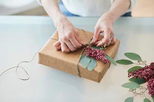 贈り物を包む女性の手の写真素材 [FYI01801101]