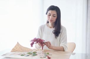 花を生ける女性の写真素材 [FYI01801110]