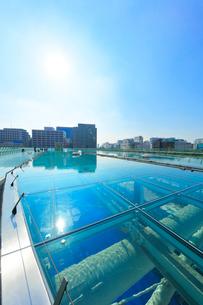 オアシス21水の宇宙船より名古屋の街並みに太陽の写真素材 [FYI01801118]