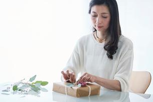 贈り物を包む女性の写真素材 [FYI01801124]