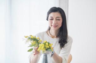 花を生ける女性の写真素材 [FYI01801128]