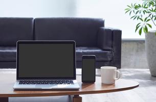 リビングルームのパソコンとスマートフォンの写真素材 [FYI01801150]
