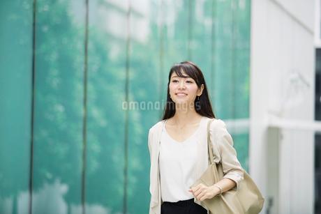ビルの前に立つ女性の写真素材 [FYI01801161]