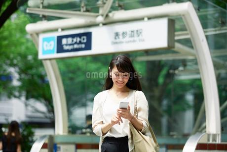 駅の前に立つ女性の写真素材 [FYI01801171]