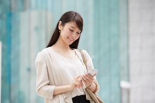 スマートフォンを持つ女性の写真素材 [FYI01801172]
