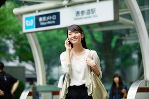駅の前に立つ女性の写真素材 [FYI01801198]