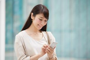 スマートフォンを見る女性の写真素材 [FYI01801204]