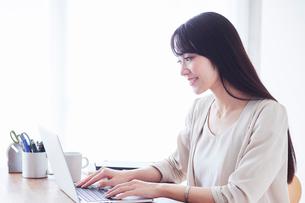 パソコンを見る女性の写真素材 [FYI01801205]