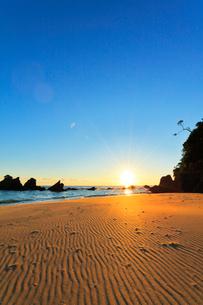 浜辺に朝日の写真素材 [FYI01801213]