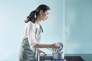 料理をする女性の写真素材 [FYI01801230]