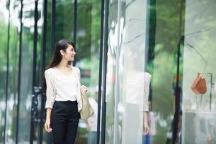 街を歩く女性の写真素材 [FYI01801246]