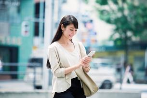 スマートフォンを持つ女性の写真素材 [FYI01801247]