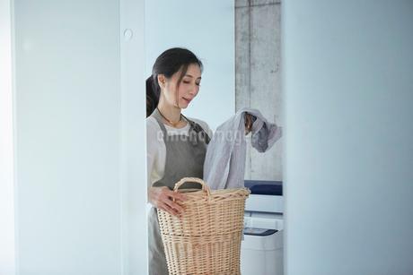 カゴを持つ女性の写真素材 [FYI01801249]