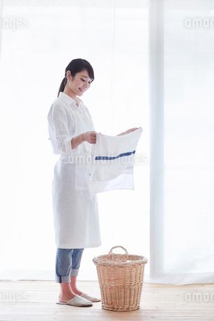 家事をする女性の写真素材 [FYI01801259]