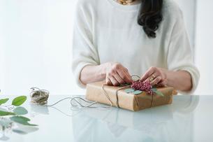 贈り物を包む女性の写真素材 [FYI01801260]
