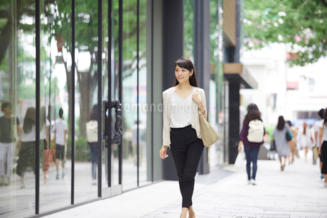 街を歩く女性の写真素材 [FYI01801266]