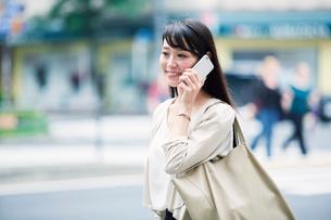 スマートフォンを持つ女性の写真素材 [FYI01801270]