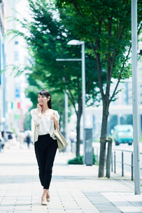歩く女性の写真素材 [FYI01801282]