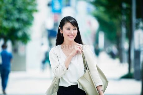 歩く女性の写真素材 [FYI01801291]
