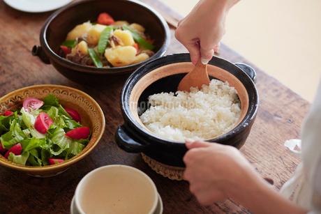 白ごはんと土鍋と女性の手の写真素材 [FYI01801311]