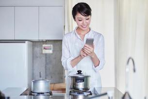 料理をする女性の写真素材 [FYI01801320]