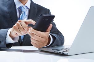 ビジネスマンとスマートフォンの写真素材 [FYI01801330]