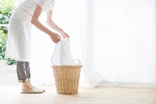 女性と洗濯かごの写真素材 [FYI01801339]