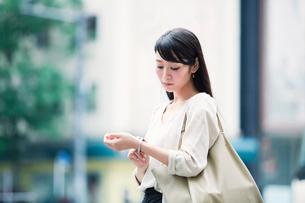 時計を見る女性の写真素材 [FYI01801350]