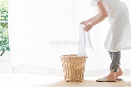 女性と洗濯かごの写真素材 [FYI01801358]
