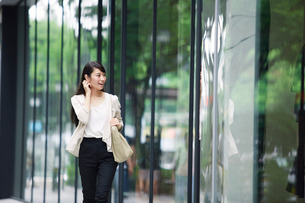 街を歩く女性の写真素材 [FYI01801362]