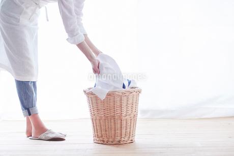 家事をする女性の写真素材 [FYI01801372]