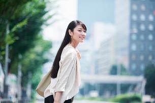 歩く女性の写真素材 [FYI01801373]