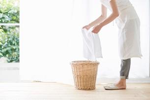女性と洗濯かごの写真素材 [FYI01801375]