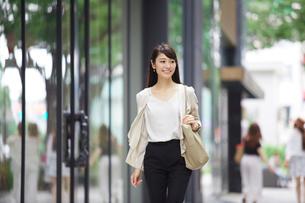 街を歩く女性の写真素材 [FYI01801383]