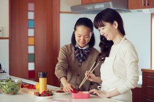 キッチンに立つ母と娘の写真素材 [FYI01801390]
