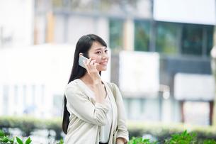 スマートフォンを持つ女性の写真素材 [FYI01801392]