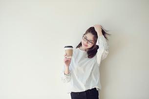 コーヒーを持つ女性の写真素材 [FYI01801394]