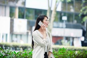 スマートフォンを持つ女性の写真素材 [FYI01801397]