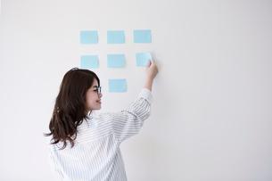 オフィスで仕事をする女性の写真素材 [FYI01801398]