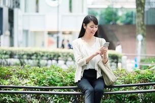 スマートフォンを持つ女性の写真素材 [FYI01801401]