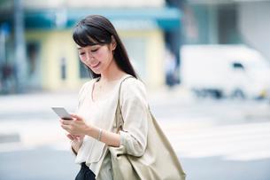 スマートフォンを持つ女性の写真素材 [FYI01801420]
