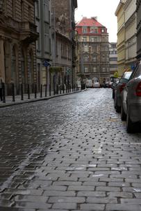 プラハ旧市街の石畳の道の写真素材 [FYI01801439]