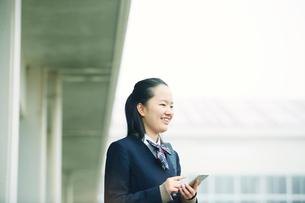 スマートフォンを持つ女の子の写真素材 [FYI01801447]
